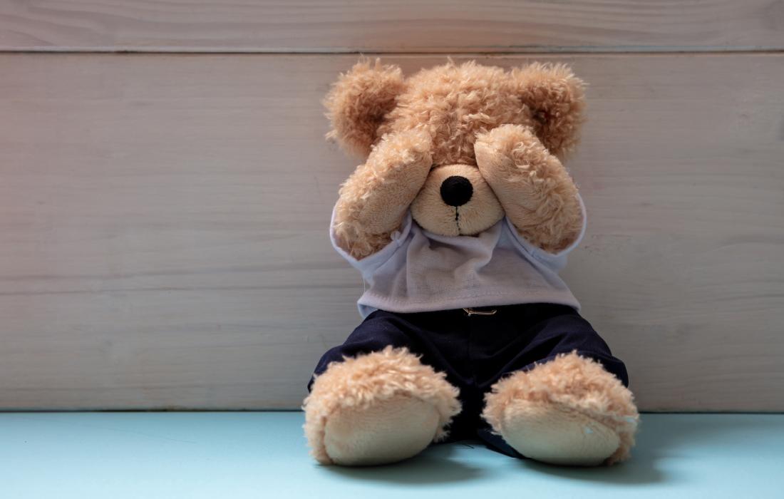 Un doudou qui se cache les yeux en guise d'illustration de la peur chez l'enfant.