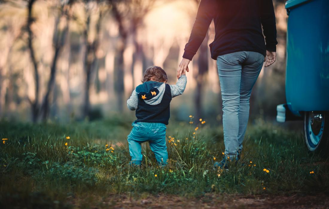 Une maman et son enfant déconfinent, ils se promènent dans la nature
