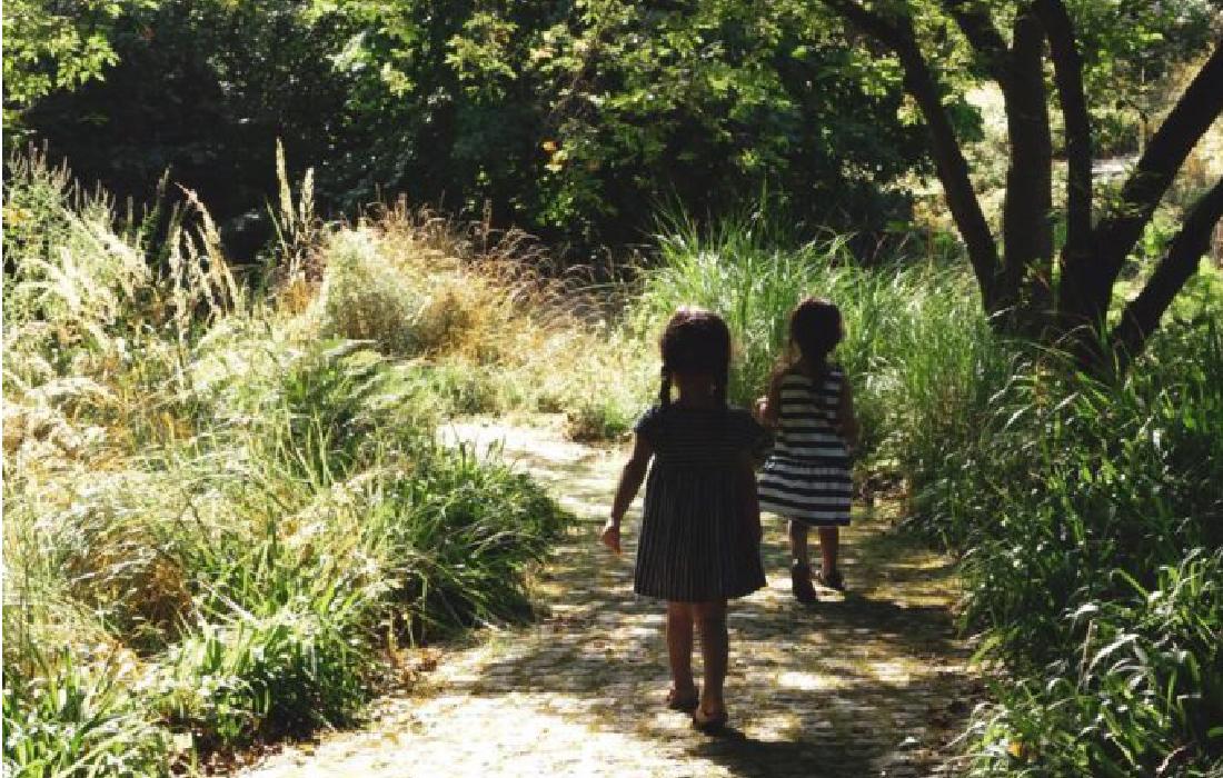 Deux petits enfants en vacances et qui jouent dans la nature.
