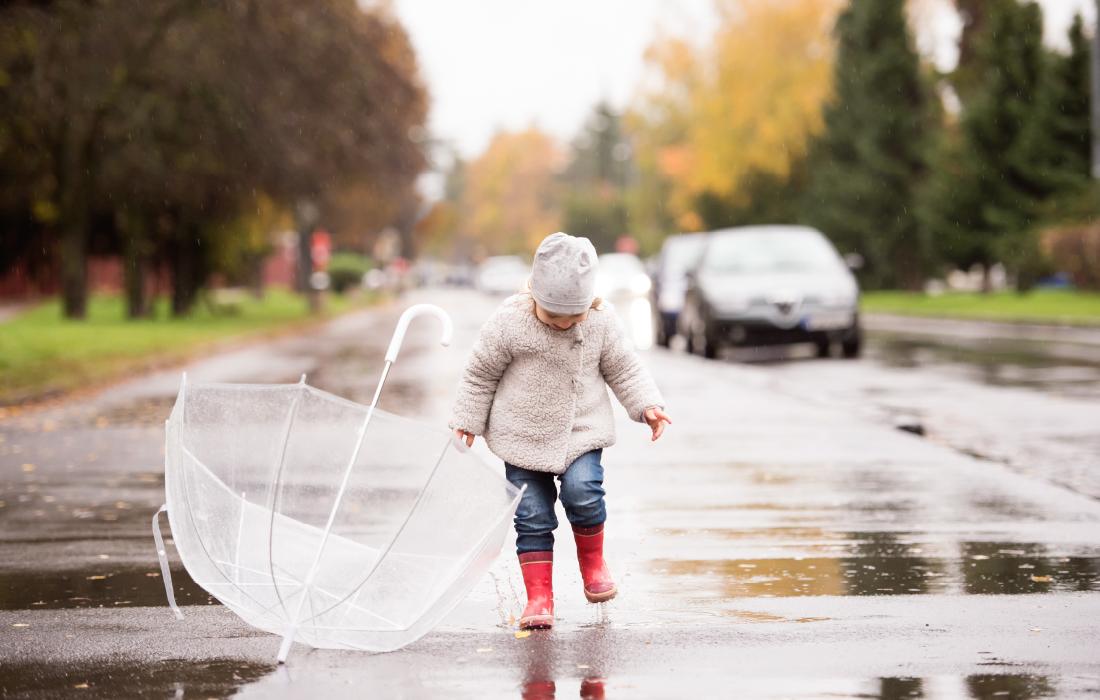 Un enfant saute dans une flaque d'eau. C'est l'affordance, l'art qu'ont les enfants d'explorer toutes les possibilités d'actions sur un objet.