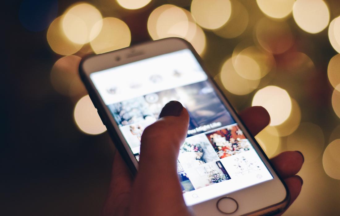 Jeune femme qui navigue sur Instagram