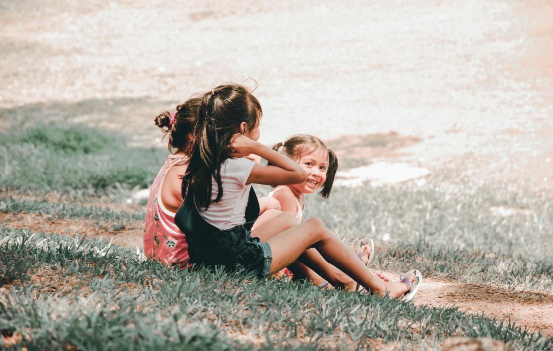 Enfant en groupe d'amies. Photo pour illustrer l'article sur la notion de partage chez l'enfant.