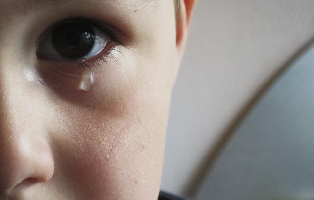 Enfant qui pleur. Photo pour illustrer un sujet bien difficile avec les enfants qu'est comment expliquer la mort aux enfants ?