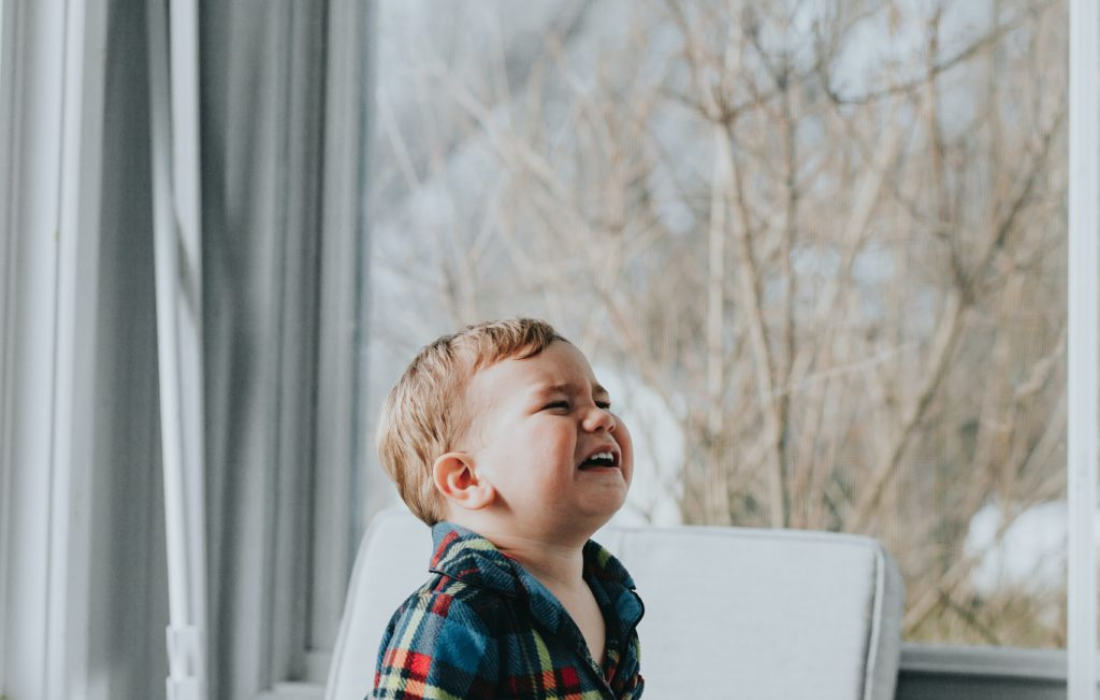 Un petit garçon pleurant